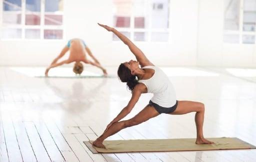 女性が柔軟体操をしている写真