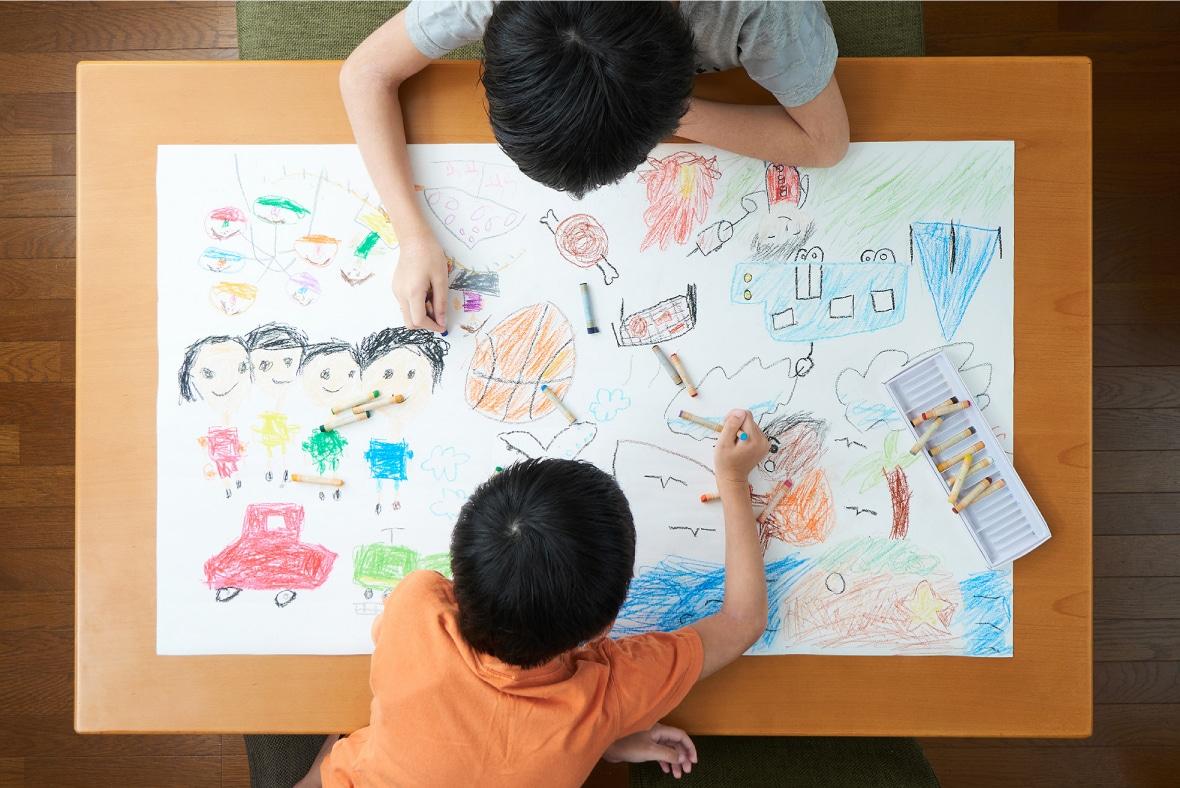 子供が絵を描いている写真
